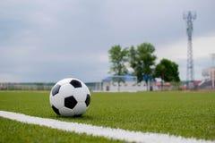 Ballon de football sur la pelouse verte près de la porte de la porte Images libres de droits