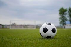 Ballon de football sur la pelouse verte près de la porte de la porte Photo stock
