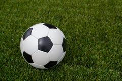 Ballon de football sur la pelouse verte près de la porte de la porte Photos libres de droits