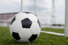 Ballon de football sur la pelouse verte près de la porte de la porte Image stock
