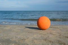 Ballon de football sur la plage Photographie stock libre de droits