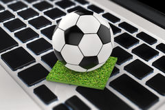 Ballon de football sur le clavier d'ordinateur Photo stock