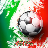 Ballon de football sur le fond de drapeau mexicain Images stock