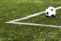 Ballon de football sur le lancement artificiel image libre de droits