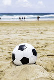 Ballon de football sur le sable Photos stock