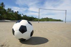 Ballon de football sur le terrain de football brésilien de plage Photographie stock libre de droits