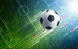 Ballon de football sur le terrain de football vert - fond de sports Images libres de droits