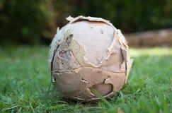 Ballon de football utilisé photos libres de droits