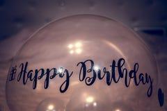 Ballon de joyeux anniversaire avec l'autocollant Photo stock