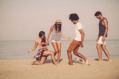 Ballon de plage avec des amis Images libres de droits