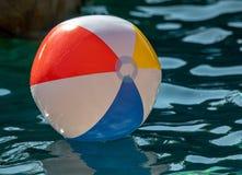 Ballon de plage dans une piscine de la Californie du sud photographie stock libre de droits