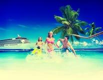 Ballon de plage de bonheur de plage d'été d'amis jouant le concept Image stock