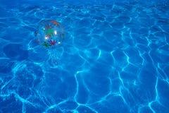 Ballon de plage flottant dans une piscine bleue Fond d'été image libre de droits