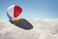 Ballon de plage sur le sable photo libre de droits