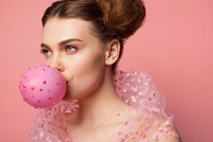 Ballon de soufflement de fille décoré des étincelles Photo stock