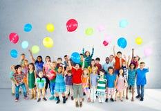 Ballon de sourire Concep d'amitié de bonheur d'enfants multi-ethniques Photos stock