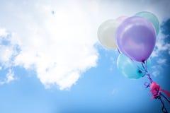 ballon de vintage avec coloré sur le concept de ciel bleu de l'amour en somme Photographie stock