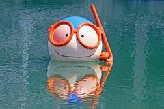 Ballon de visage de plongeur dans l'eau Image libre de droits