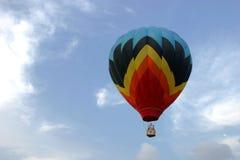 Ballon, der im Himmel ansteigt Stockfotografie
