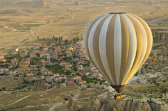 Ballon, der in Morgenlicht steigt Stockfotos