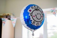 Ballon detta helium på den bithday babyspojken Royaltyfri Fotografi