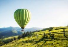 Ballon do ar acima das montanhas nas horas de verão foto de stock