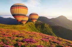 Ballon do ar acima das montanhas nas horas de verão imagem de stock