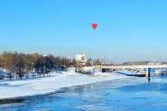 Ballon en forme de coeur au-dessus du pont en route dans Veliky Novgorod, Russie Vue de ville d'hiver Photographie stock libre de droits