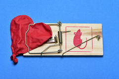 Ballon en forme de coeur dégonflé dans une souricière à clapet Image libre de droits