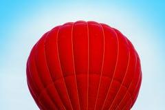 Ballon encarnado do ar no céu azul Fotos de Stock Royalty Free