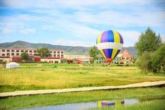 Ballon för varm luft i det Qinghai landskapet, Kina fotografering för bildbyråer