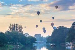 Ballon flottant au ciel avec la rivière de cinglement de premier plan dans le mornin Image libre de droits