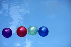 Ballon flottant dans la piscine Photo stock