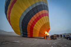Ballon-Flug-Vorbereitung, Capadoccia, die Türkei Lizenzfreies Stockfoto
