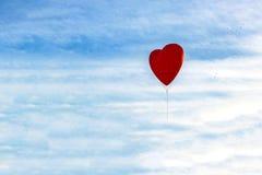 Ballon in Form des Herzens fliegt unter den Wolken, Kopienraum für Valentinstag, Muttertag oder dem Tag der Frauen stockfoto