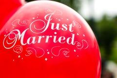 Ballon gerade geheiratet stockfotos