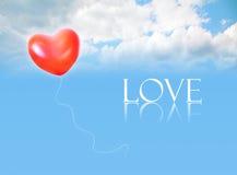 Ballon gonflable dans le ciel et le mot d'AMOUR Photo stock