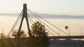 Ballon im Himmel über der Brücke Ein LKW reitet über die Brücke während des Sonnenuntergangs stock video