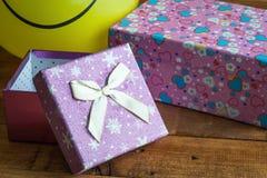 Ballon jaune avec le sourire et le boîte-cadeau Image libre de droits