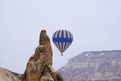 Ballon jaune bleu d'air chaud Photo stock