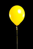 Ballon jaune de réception sur le noir photographie stock libre de droits