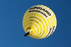 Ballon jaune volant au-dessus de Stockholm avec des visiteurs dans le panier Photos stock