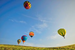 Ballon met blauwe hemel over het groene gebied Stock Foto