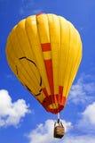 Ballon mit einem Korb gegen den Himmel Stockbild