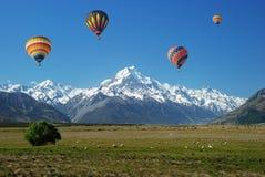 Ballon omhoog in de hemel Stock Afbeeldingen