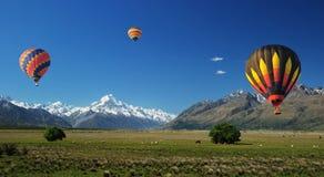Ballon omhoog in de hemel Stock Foto