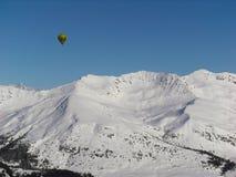 Ballon over Comelico-bergen royalty-vrije stock afbeeldingen