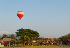 Ballon over het land. Vang Vieng. Laos. stock foto