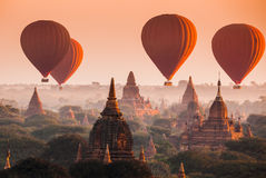 Ballon over vlakte van Bagan in nevelige ochtend, Myanmar Stock Foto's