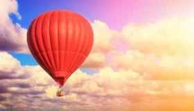 Ballon rouge contre un ciel nuageux bleu photo stock